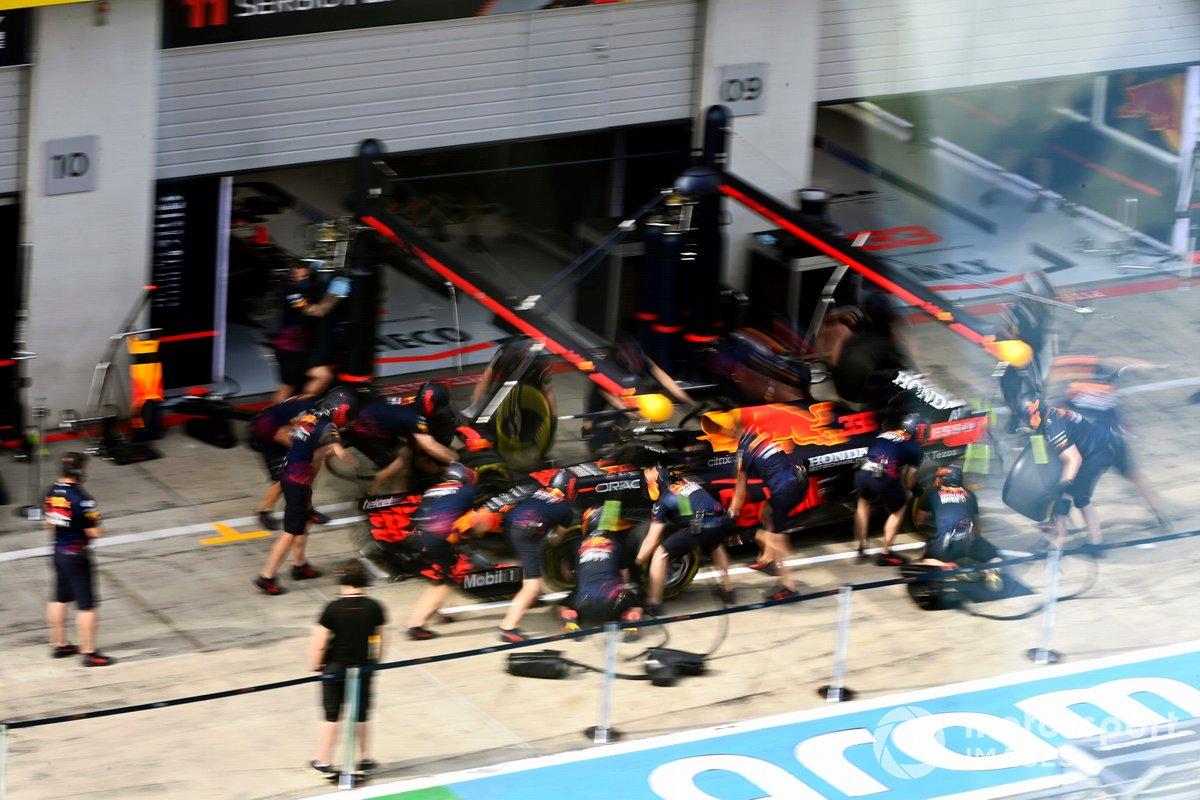 Práctica de pitstop con el coche de Max Verstappen, Red Bull Racing RB16B