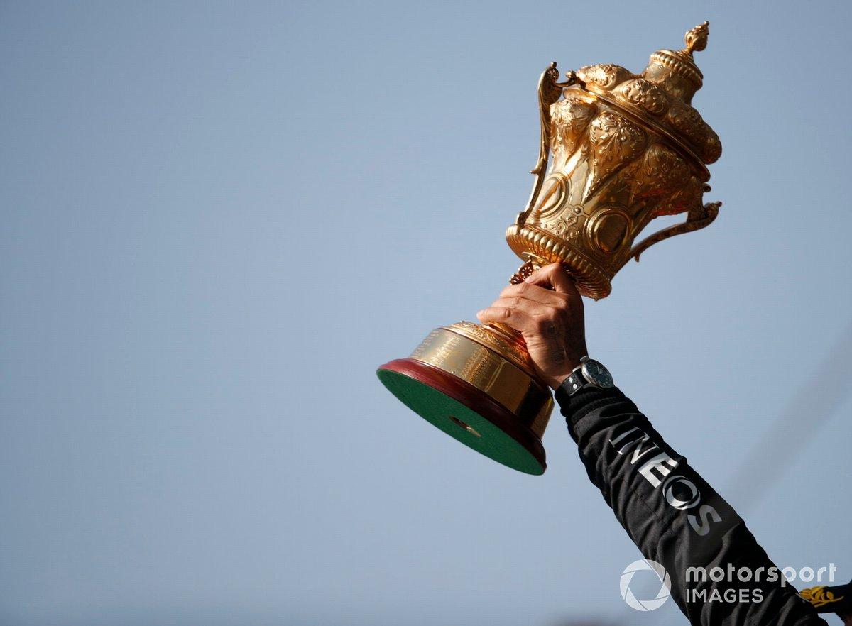 Lewis Hamilton, Mercedes, primo classificato, solleva il trofeo sul podio