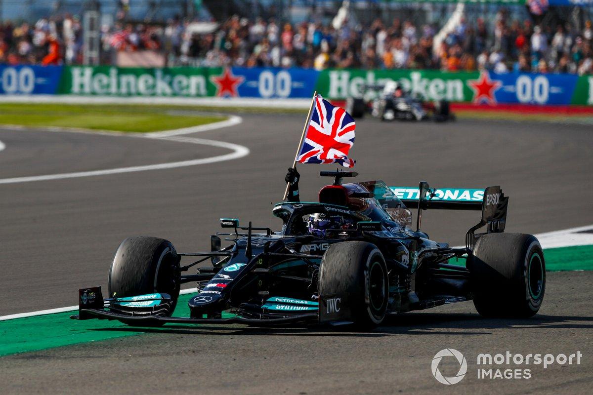 Lewis Hamilton, Mercedes W12, primo classificato, sventola la bandiera dal cockpit