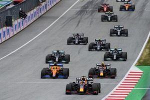 Max Verstappen, Red Bull Racing RB16B, Sergio Perez, Red Bull Racing RB16B, Lewis Hamilton, Mercedes W12, Valtteri Bottas, Mercedes en de rest van het veld tijdens de start van de race