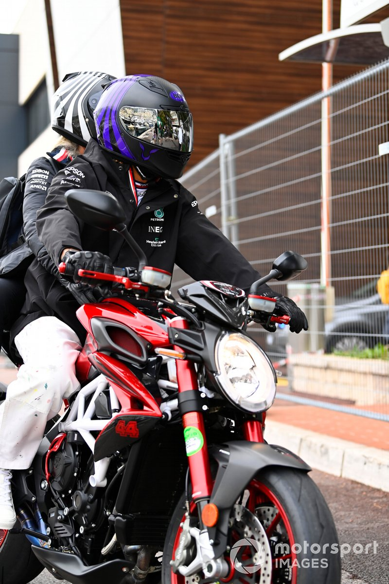 Lewis Hamilton, Mercedes, en moto