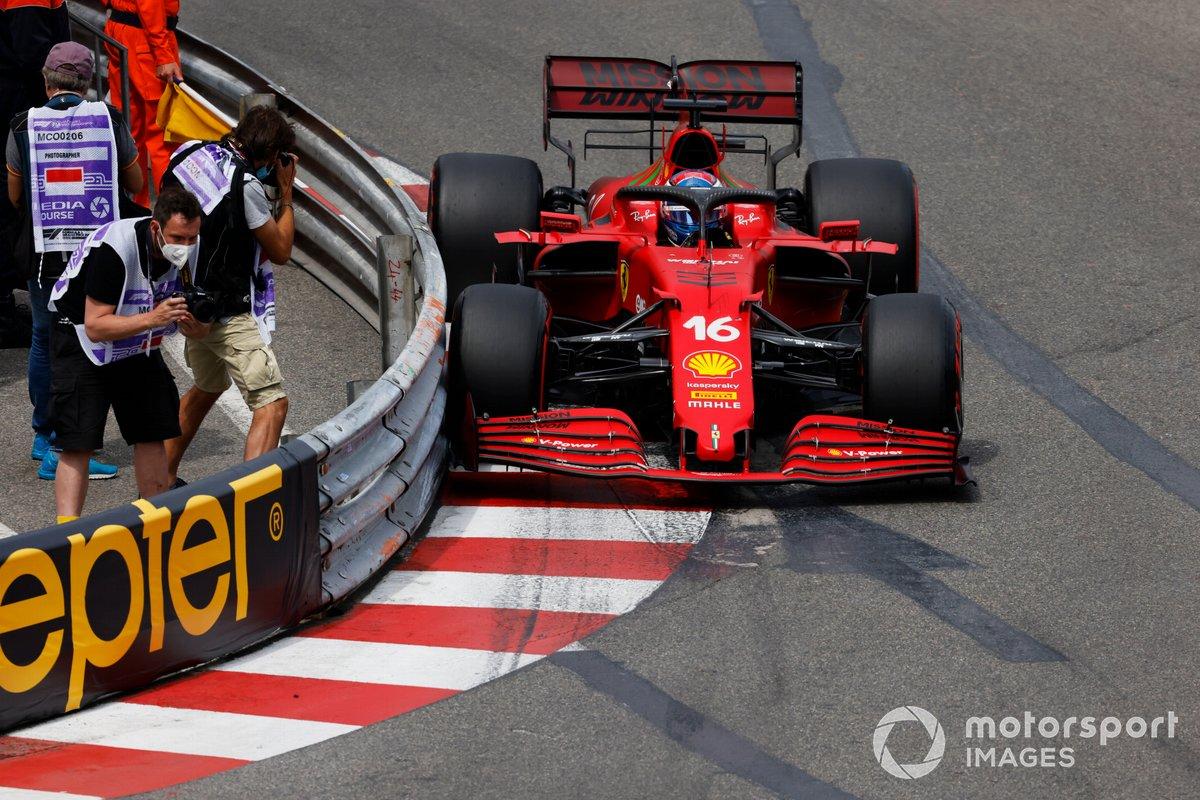 Charles Leclerc, Ferrari SF21 toca la barra de protección