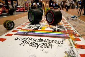 Le Pirelli P Zero di Formula1, utilizzate per dipingere su una tela di 10 metri