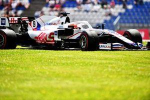 Nikita Mazepin, Haas VF-21, dans l'herbe