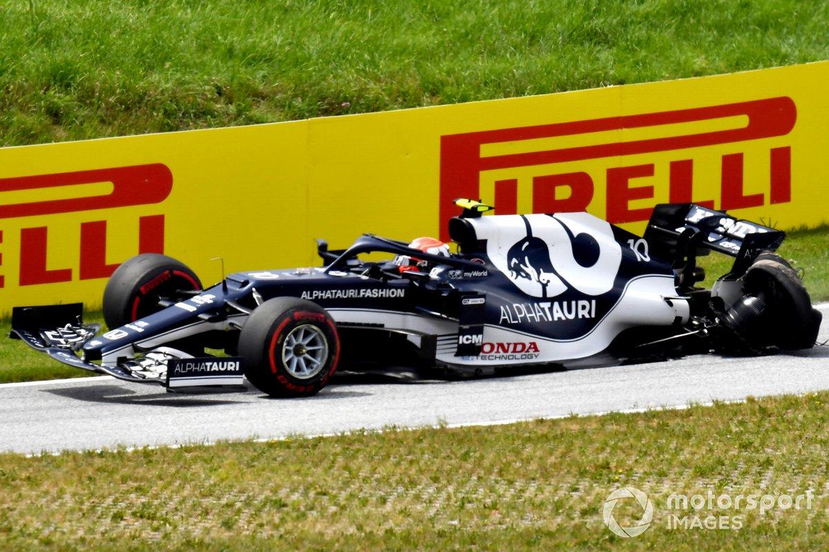 Pierre Gasly, AlphaTauri AT02, vuelve a boxes con su coche dañado