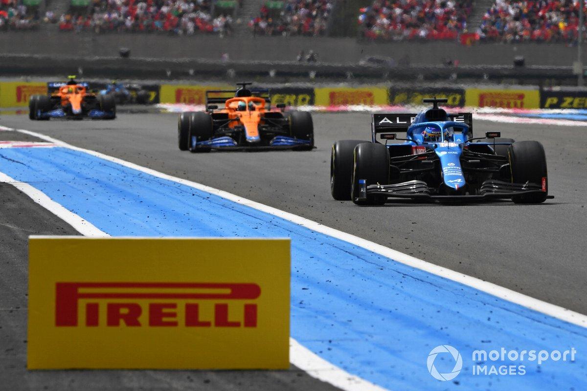Fernando Alonso, Alpine A521, Daniel Ricciardo, McLaren MCL35M, Lando Norris, McLaren MCL35M