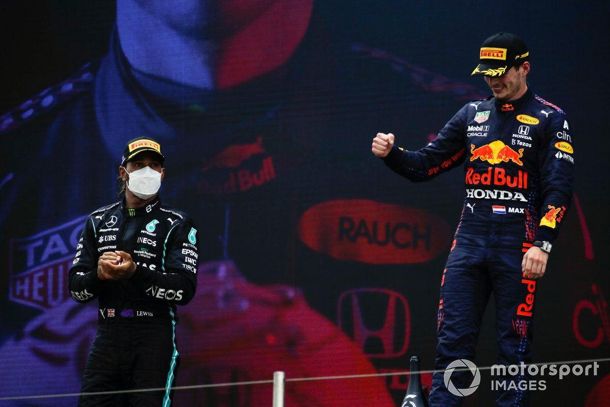 Lewis Hamilton, Mercedes, 2nd position, and Max Verstappen, Red Bull Racing, 1st position, on the podiumLewis Hamilton, Mercedes, 2° classificato, e Max Verstappen, Red Bull Racing, 1° classificato, sul podio