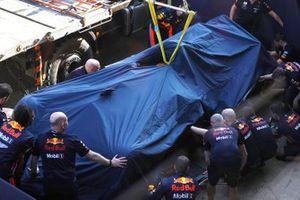 De auto van Pierre Gasly, Red Bull Racing RB15, is terug in de pits na een crash