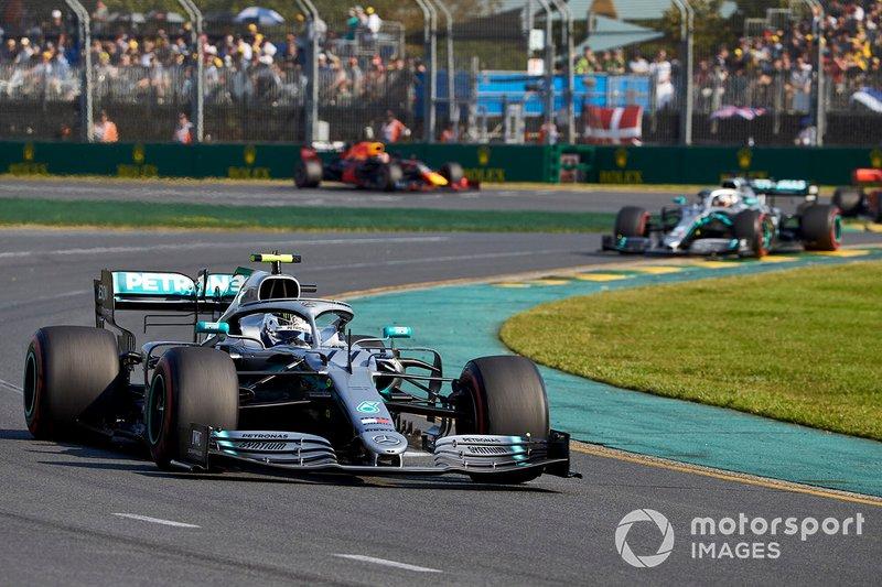 Valtteri Bottas vor Lewis Hamilton