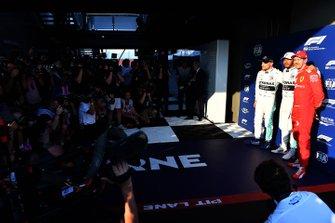 Valtteri Bottas, Mercedes AMG F1, le poleman Lewis Hamilton, Mercedes AMG F1, et Sebastian Vettel, Ferrari, posent devant les photographes
