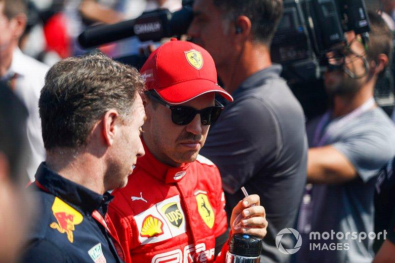 Christian Horner, Team Principal, Red Bull Racing, parla con Sebastian Vettel, Ferrari