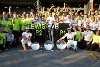 Le vainqueur Valtteri Bottas, Mercedes AMG F1, le deuxième, Lewis Hamilton, Mercedes AMG F1, et l'équipe Mercedes fêtent la victoire