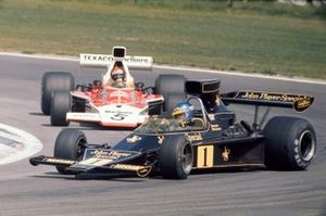 Ronnie Peterson, Lotus 76 Ford suivi par Emerson Fittipaldi, McLaren M23 Ford