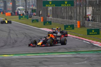 Max Verstappen, Red Bull Racing RB15, voor Pierre Gasly, Red Bull Racing RB15