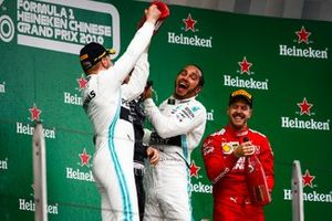 Valtteri Bottas, Mercedes AMG F1, 2° classificato, Lewis Hamilton, Mercedes AMG F1, 1° classificato, e Sebastian Vettel, Ferrari, 3° classificato, sul podio