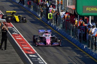 Sergio Perez, Racing Point RP19, leadS Nico Hulkenberg, Renault F1 Team R.S. 19, in the pit