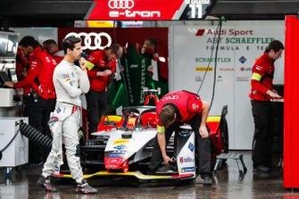 Lucas Di Grassi, Audi Sport ABT Schaeffler waits as mechanics prepare his Audi e-tron FE05