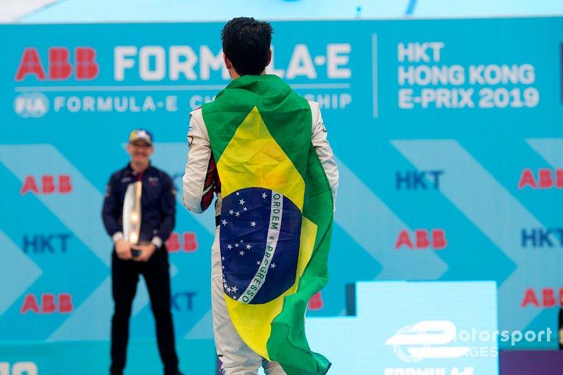 No último ePrix, de Hong Kong, Di Grassi também foi ao pódio, terminando a corrida em terceiro. O brasileiro herdaria o segundo lugar após punição a Sam Bird