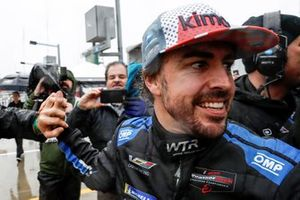 Fernando Alonso es felicitado tras su victoria en Daytona