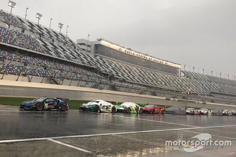 Машины под дождем на пит-лейне после остановки гонки
