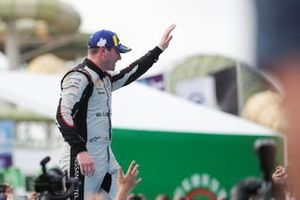Oliver Rowland, Nissan e.Dams, waves to the fans from the podium