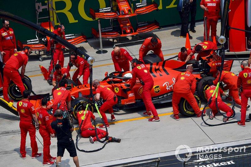 Sebastian Vettel, Ferrari SF90, ai box durante le prove