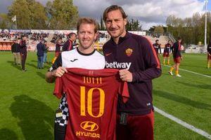 Francesco Totti y Robin Frijns en el partido de las Leyendas de la Roma contra los pilotos de Fórmula E