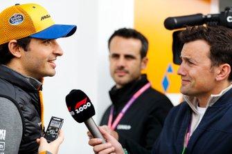 Карлос Сайнс (McLaren) спілкується з медіа