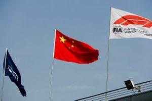 Des drapeaux de la FIA, de la Chine et de la F1