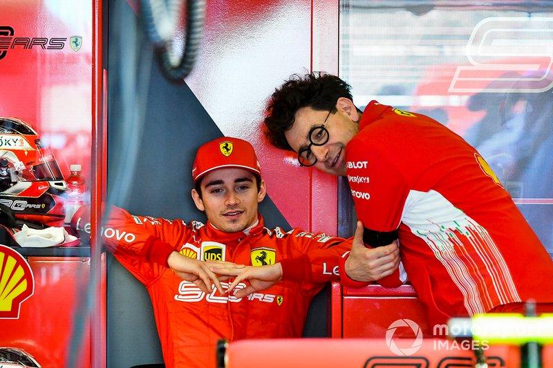 Charles Leclerc, Ferrari y Mattia Binotto, Director del Equipo Ferrari, en el garaje