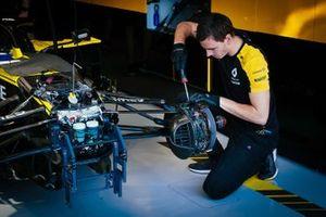 Un membro del Team Renault F1 al lavoro