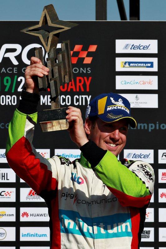 Il vincitore Benito Guerra festeggia sul podio