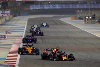 Pierre Gasly, Red Bull Racing RB15, devant Lando Norris, McLaren MCL34, Alexander Albon, Toro Rosso STR14, et Daniil Kvyat, Toro Rosso STR14