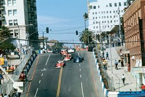 Renn-Action beim GP USA-West 1976 in Long Beach: Clay Regazzoni, Ferrari 312T, führt
