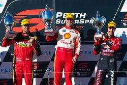 Podyum: Yarış galibi Scott McLaughlin, Team Penske Ford, 2. Chaz Mostert, Rod Nash Racing Ford, 3. J