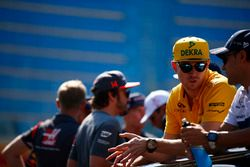 Nico Hulkenberg, Renault Sport F1 Team, talks to Felipe Massa, Williams, Fernando Alonso, McLaren