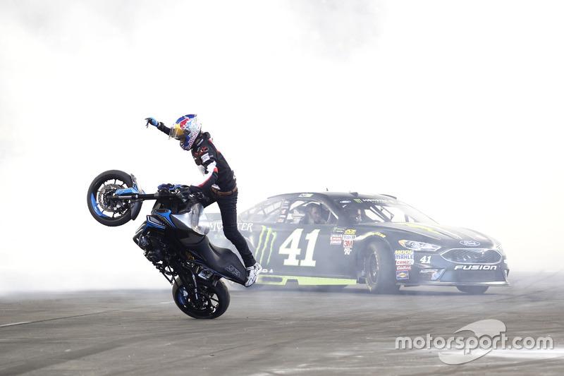 Kurt Busch, Stewart-Haas Ford avec le cascadeur à moto