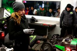Female mechanic of the #22 Tequila Patron ESM Nissan DPi: Ed Brown, Johannes van Overbeek, Bruno Sen
