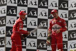 Podio: ganador de la carrera Michael Schumacher, Ferrari, segundo lugar Rubens Barrichello, Ferrari
