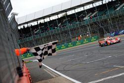 Bandiera a scacchi per #25 CEFC Manor TRS Racing 07 Gibson: Roberto Gonzalez, Simon Trummer, Vitaly