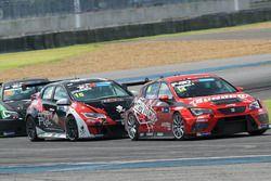 Pasarit Promsombat, SEAT Leon TCR, davanti a Chariya Nuya, Honda Civic TCR, e Rattanin Leenutaphong,