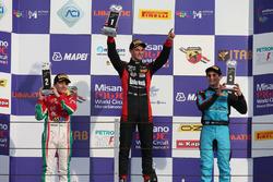 Podio rookie Gara 1: il secondo classificato Enzo Fittipaldi, Prema Power Team, il vincitore Leonard