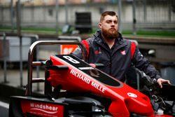 Ein Ingenieur des Haas F1 Teams mit einer Ersatz-Frontpartie