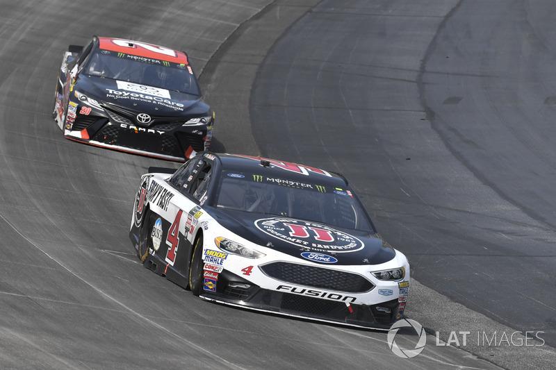 Kevin Harvick, Stewart-Haas Racing, Ford; Matt Kenseth, Joe Gibbs Racing, Toyota