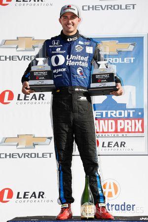 Podium : le vainqueur Graham Rahal, Rahal Letterman Lanigan Racing Honda avec les trophées de ses deux victoires