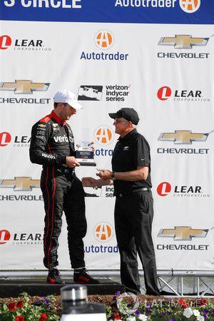 Le troisième, Will Power, Team Penske Chevrolet reçoit son trophée des mains de Terry Dolan de General Motors