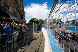 Des fans regardent la course