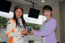 優勝した小山美姫にトロフィーを贈呈する三原じゅん子議員