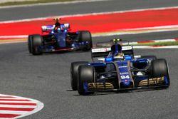 Pascal Wehrlein, Sauber C36; Carlos Sainz Jr., Scuderia Toro Rosso STR12