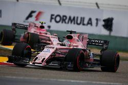 Sergio Perez, Force India VJM10, devant Esteban Ocon, Force India VJM10